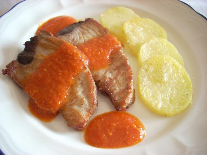 Atún con salsa del piquillo y emmental