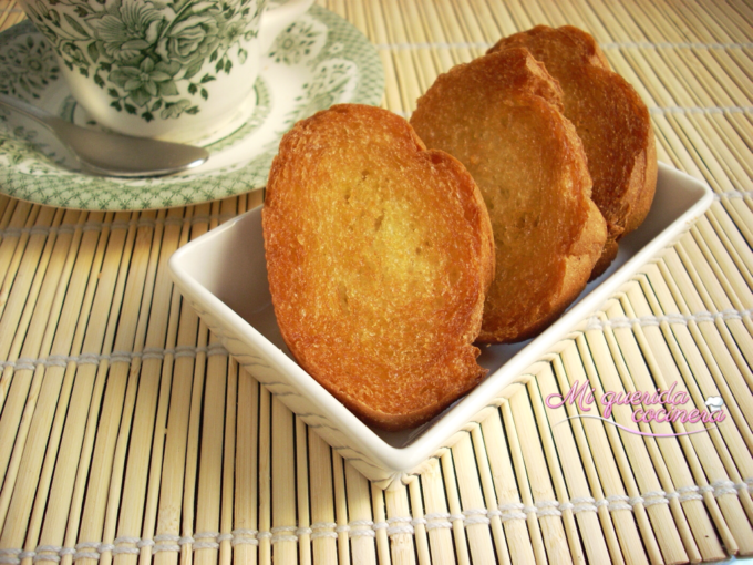Tostada de pan frito con aceite