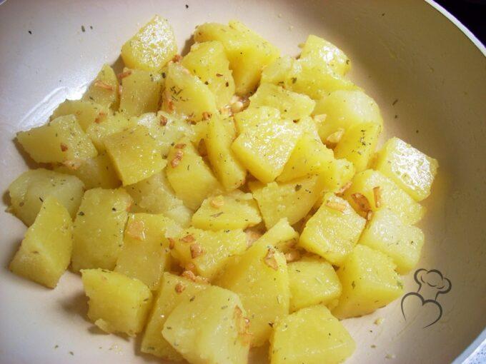 Salteado de patatas con ajo y romero