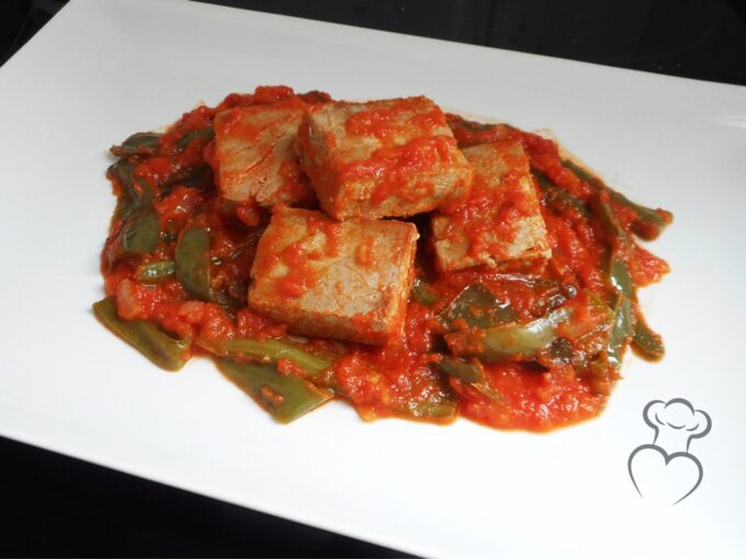 Tacos de atún con tomate y pimientos