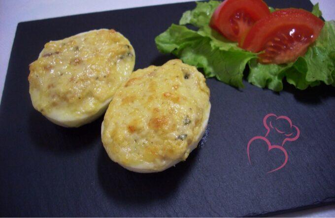 Huevos cocidos rellenos gratinados