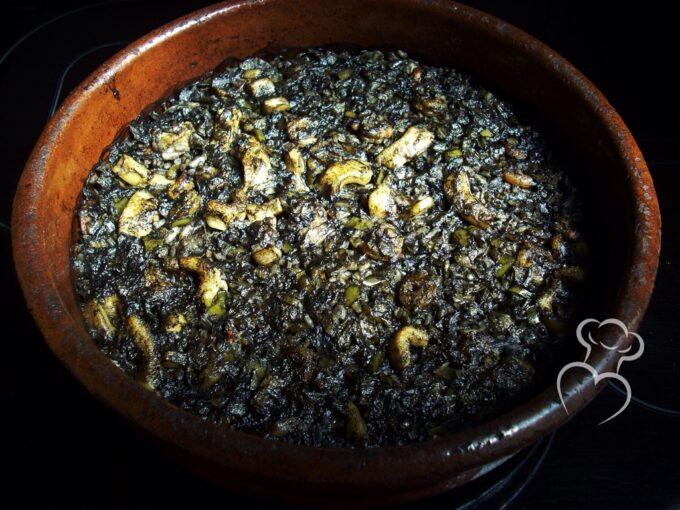 Arroz negro guisado al horno en cazuela