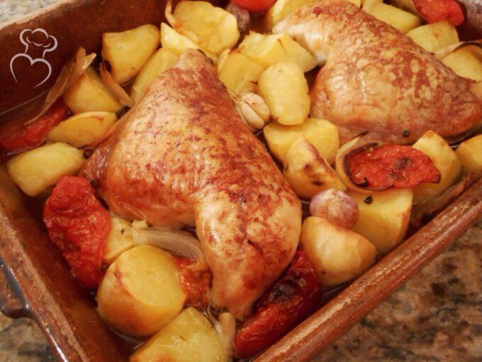 Pollo asado tradicional en cazuela