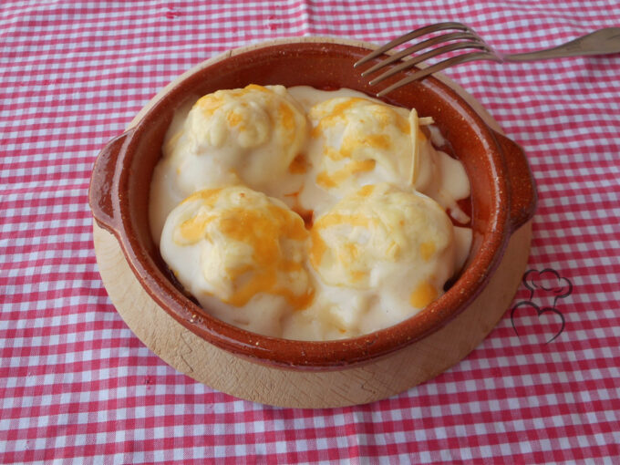 Huevos rellenos de jamón serrano con besamel