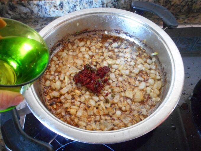 Conejo salsa almendra azafrán