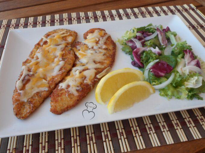 Pechugas empanadas con especias y queso