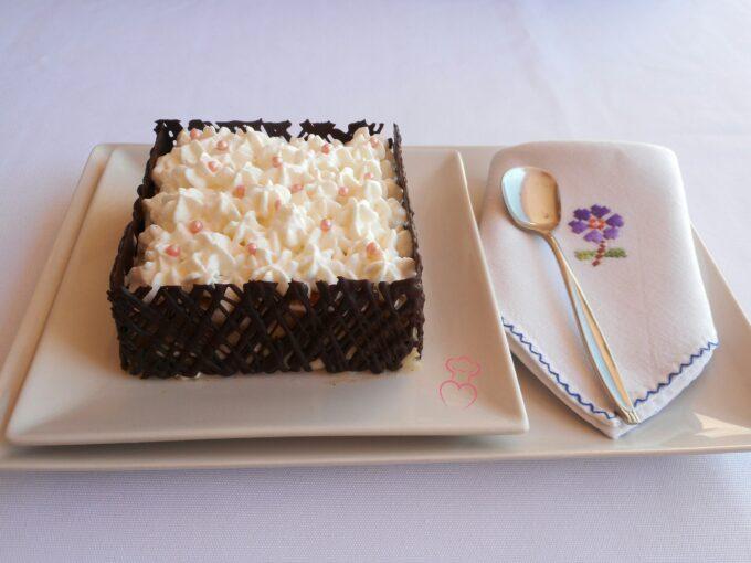 Milhojas de bizcocho con nata y crema