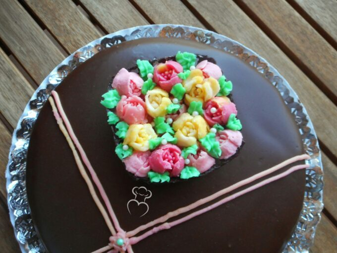 Cesto de chocolate con flores de mantequilla