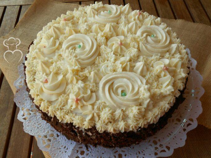 Tarta de chocolate con flores de mascarpone