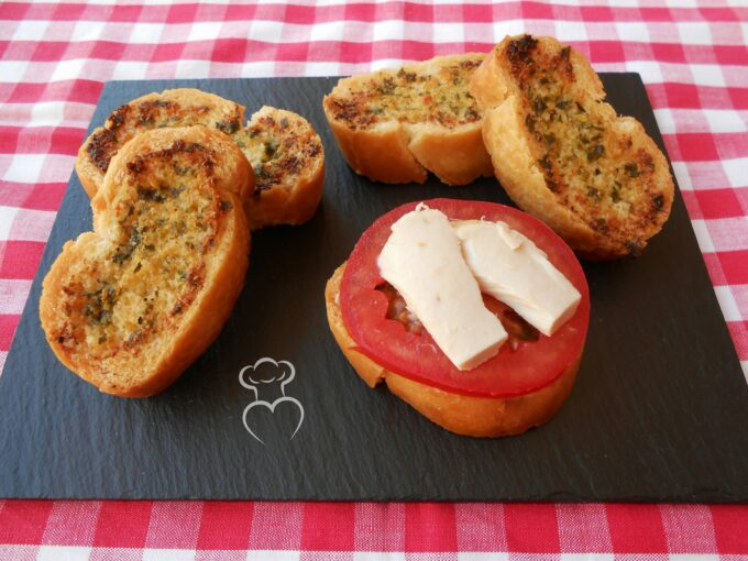 Rebanadas de pan tostado con ajo y limón