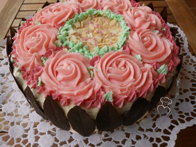 Tarta de rosas con hojas de chocolate