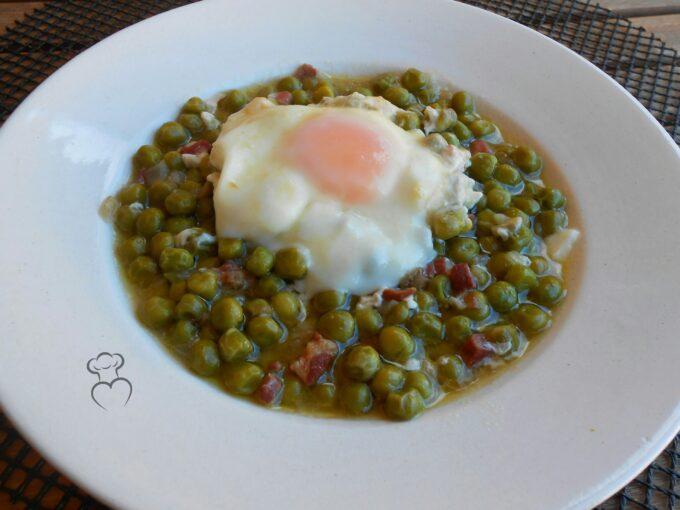 Guisantes en salsa con huevo y jamón