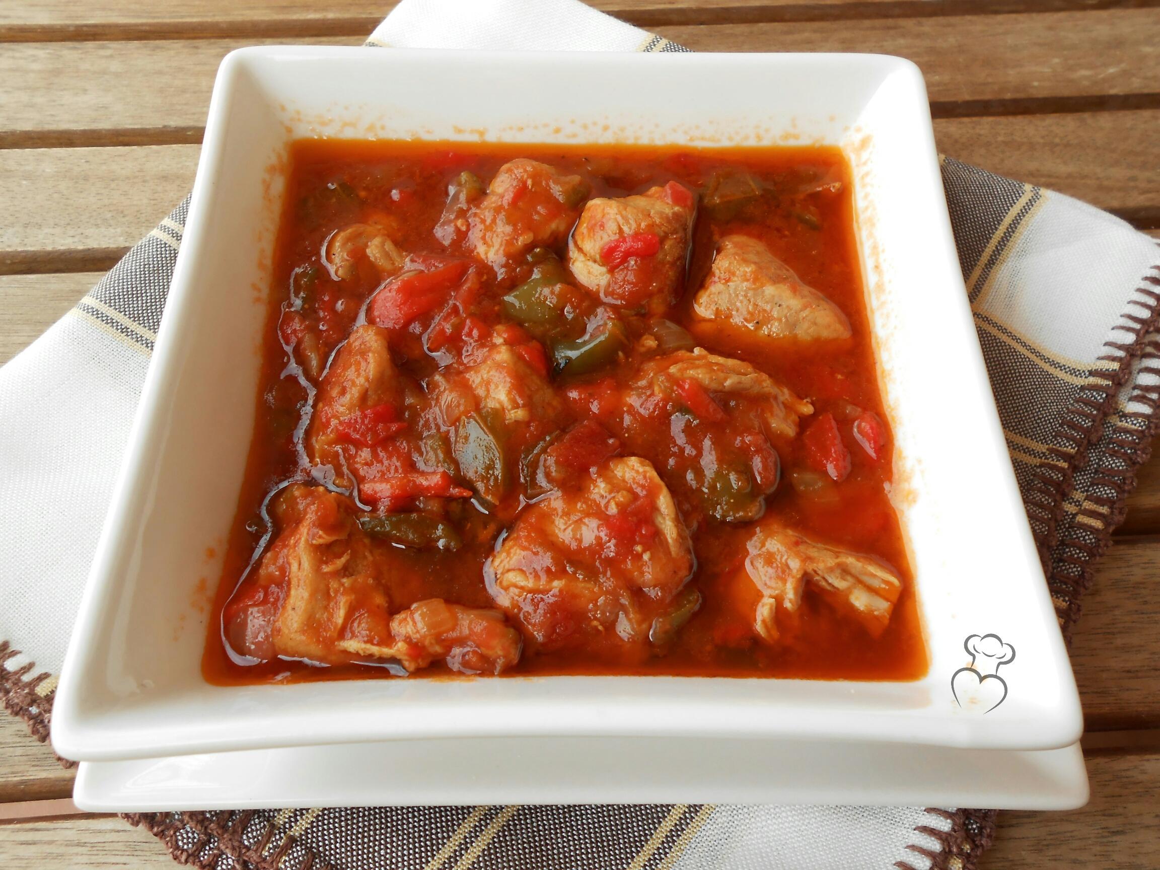 Magro de cerdo en salsa de tomate y pimientos