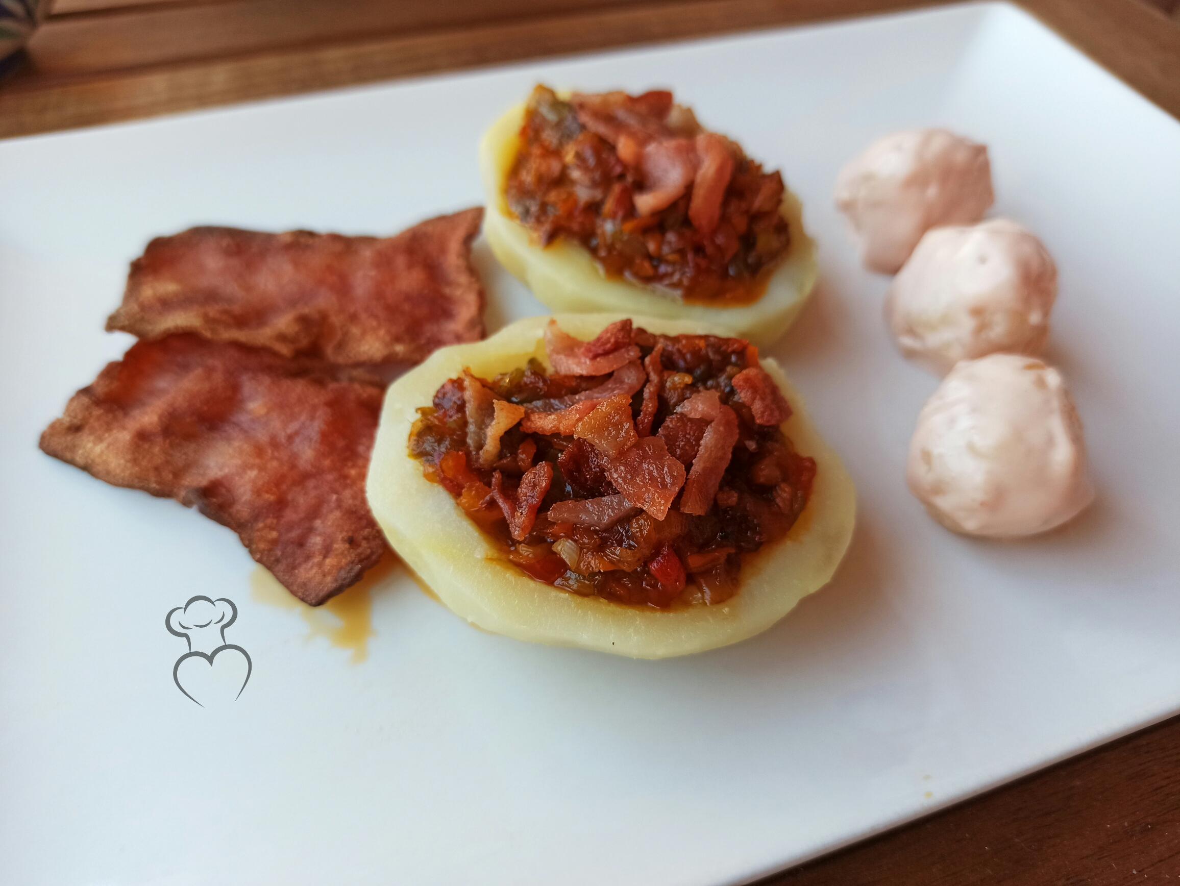 Patatas rellenas con verduras y beicon