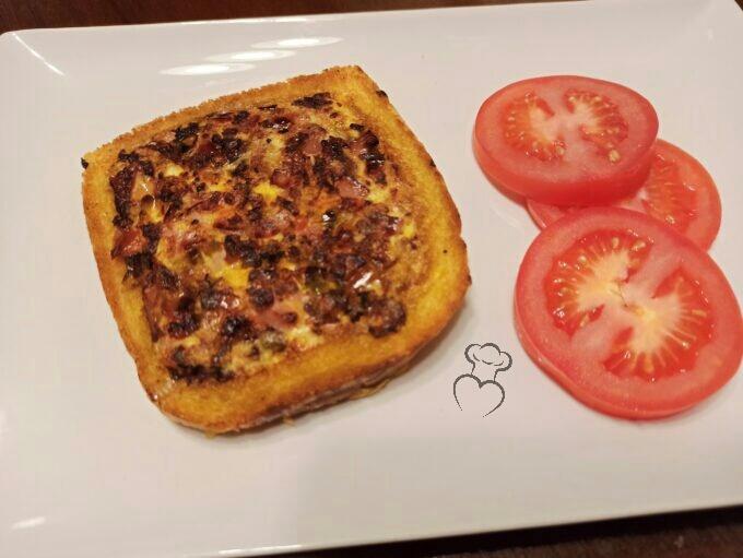 Tostada tortilla de pimientos y jamón