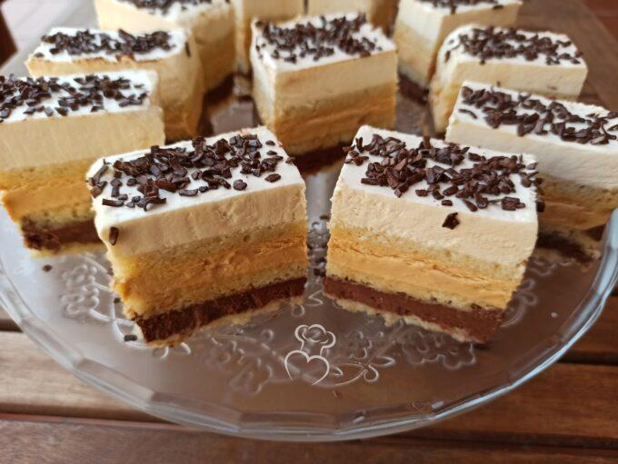 Pastel de vainilla, caramelo y chocolate